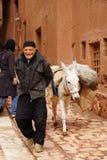 Unbekannter Mann bereiten Andenken für das Saling in Abyaneh, der Iran vor Stockfoto