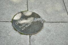 Unbekannter Mann, der erfolgreich Berlin Wall kreuzt lizenzfreie stockfotografie