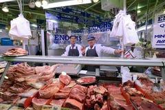 Unbekannter Mann handelt ein Fleisch im Stierkampfarenamarkt Lizenzfreies Stockbild