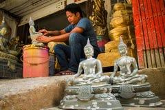 Unbekannter Name des Mannes in der Gießerei Buddha sitzender polnischer Buddha, vor gemalt mit Goldfarbe Stockfotos