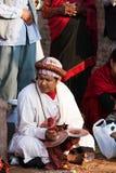 Unbekannter Nepalimusiker spielt bigl karatalas während der Leistung eines Kulttanz Stockfoto