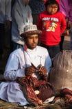 Unbekannter Nepalimusiker spielt kleine karatalas während der Leistung eines Kulttanz Lizenzfreie Stockbilder