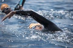 Unbekannter Schwimmer in Meer Stockfotos