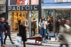 Unbekannter Straßenmusiker auf einer der Straßen im alten Stadtzentrum Lizenzfreie Stockfotografie
