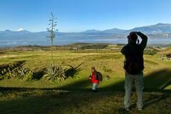 Unbekannter Tourist, der ein Foto von Cotopaxi-Vulkan macht Lizenzfreies Stockbild