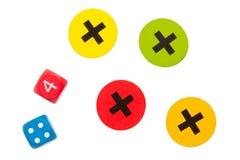 Unbekanntes Spiel für Kinder, Würfel und Kreuze Stockfotografie