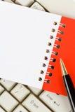 Unbelegte Anmerkungs-Auflage und Tastatur Lizenzfreie Stockfotografie