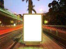 Unbelegte Anschlagtafel auf Bürgersteig Lizenzfreie Stockbilder