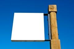Unbelegte Anschlagtafel auf blauem Himmel Stockfotografie