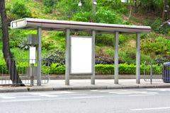 Unbelegte Anschlagtafel auf Bushaltestelle Stockfotografie