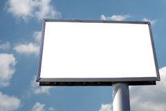 Unbelegte Anschlagtafel auf dem Himmelhintergrund Lizenzfreie Stockfotos