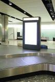 Unbelegte Anschlagtafel im Flughafen Stockfotografie