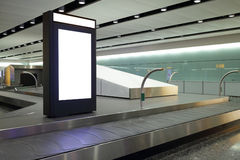 Unbelegte Anschlagtafel im Flughafen Stockfotos