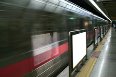 Unbelegte Anzeigen in der U-Bahnstation Stockbilder
