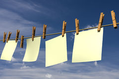 Unbelegte Blätter Papier hängend an einem Seil Stockbilder