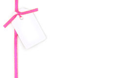 Unbelegte Geschenkmarke mit rosafarbenem Satinfarbband Stockbilder