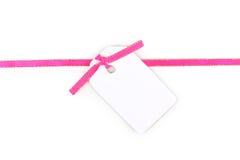 Unbelegte Geschenkmarke mit rosafarbenem Satinfarbband Stockfoto