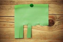 Unbelegte grüne Anmerkung mit tearable Streifen Lizenzfreie Stockbilder