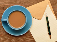 Unbelegte Karte auf Kaffeetasse Stockfotos