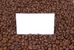 Unbelegte Karte in den Kaffeebohnen Lizenzfreies Stockfoto