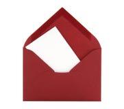 Unbelegte Karte in einem roten Umschlag Lizenzfreie Stockfotos
