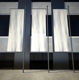 unbelegte leere bekanntmachende Markierungsfahnen 3d auf Gebäudewand Stockbild