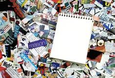 Unbelegte Notizblock- und Zeitschriftenausschnitte Lizenzfreie Stockbilder
