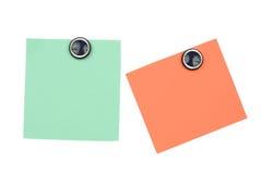 unbelegte orange und grüne Anmerkung mit Magneten Lizenzfreies Stockfoto