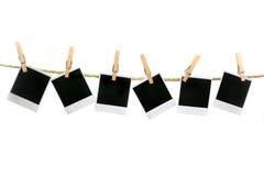 Unbelegte Polaroide, die ohne Schatten hängen Stockfotografie