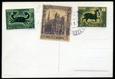 Unbelegte Postkarte mit Stempeln Stockfotos