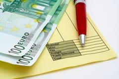 Unbelegte Rechnung mit Feder und Geld (Euro) Stockfoto