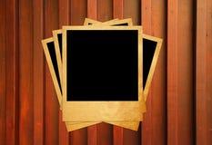 Unbelegte sofortige Fotofelder auf hölzernem Lizenzfreie Stockbilder