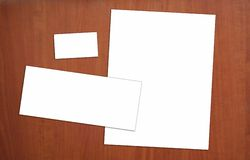 Unbelegte Unternehmensidentitä5 auf hölzerner Tabelle Lizenzfreie Stockfotografie