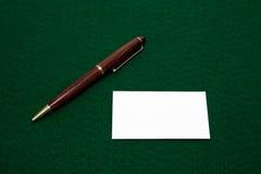 Unbelegte Visitenkarte und Feder Lizenzfreies Stockfoto