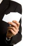 Unbelegte Visitenkarten in der Hand Lizenzfreies Stockbild