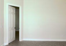 Unbelegte Wand mit Tür Stockfotografie