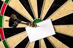 Unbelegter Frieden des Papiers auf Dartboard Stockfotos