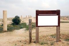 Unbelegter hölzerner Signpost in der Wüste Stockfotografie