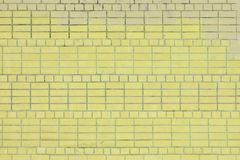 Unbelegter Hintergrund Wand des hellgelben Ziegelsteines plan Die Beschaffenheit des Steins, sogar Reihen Stockfoto