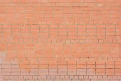 Unbelegter Hintergrund Wand des Leuchtorangeziegelsteines plan Die Beschaffenheit des Steins, sogar Reihen Stockbild