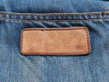 Unbelegter Jeanslederkennsatz auf Baumwollstoffgewebe Lizenzfreies Stockfoto
