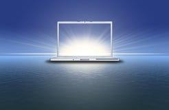 Unbelegter Laptop auf dem Sonnenuntergang im blauen Meer Stockbilder