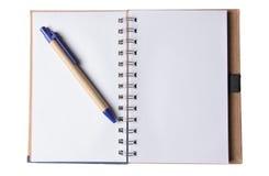 Unbelegter Notizblock auf Weiß Stockfotos