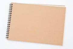 Unbelegter Notizblock auf weißem Hintergrund Stockfotos