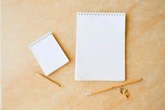 Unbelegter Notizblock mit Bleistift lizenzfreie stockfotografie