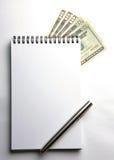 Unbelegter Notizblock mit US-Bargeld lizenzfreie stockbilder