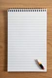 Unbelegter Notizblock und Bleistift Stockfotos