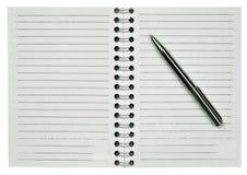 Unbelegter Notizblock und eine Feder Stockfotografie