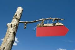 Unbelegter roter Signpost über blauem Himmel Lizenzfreies Stockbild