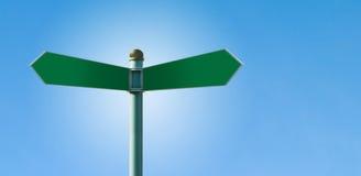 Unbelegter Straßenschildpfosten mit 2 Zeichen Lizenzfreie Stockfotos